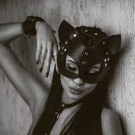 Фото 1 - девушка в кожаной маске кошки
