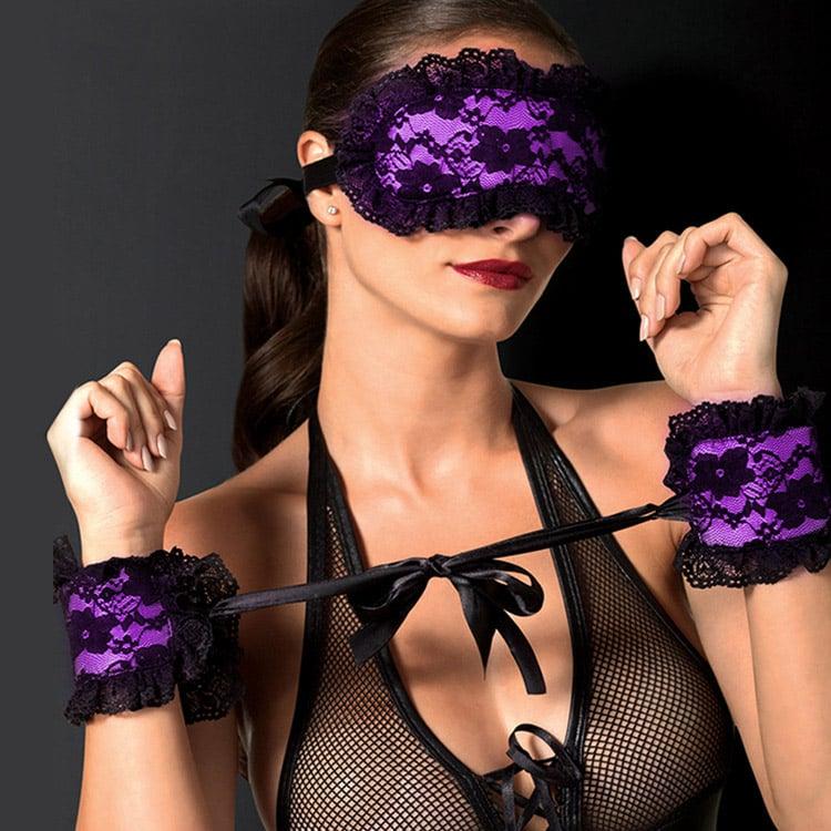 Фото 1 - девушка в кружевной маске на глаза