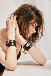 Фото 2 - Девушка в кожаных наручниках