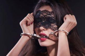 Фото 1 - Девушка с металлическими наручниками