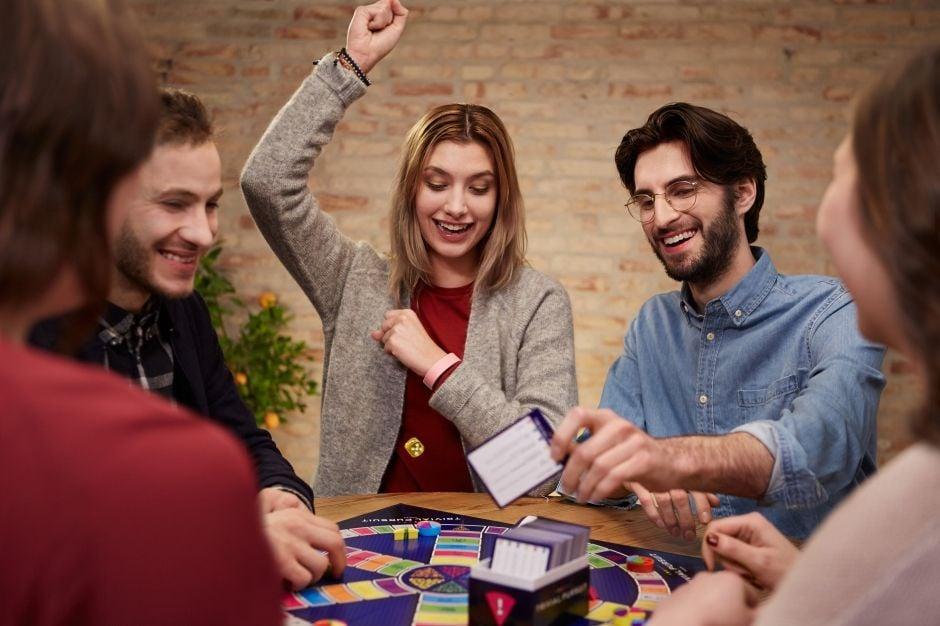Фото 1 - Копания людей играет в настольную игру