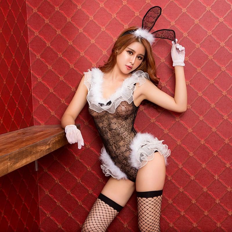 Фото 2 - Девушка в эротическом костюме кролика