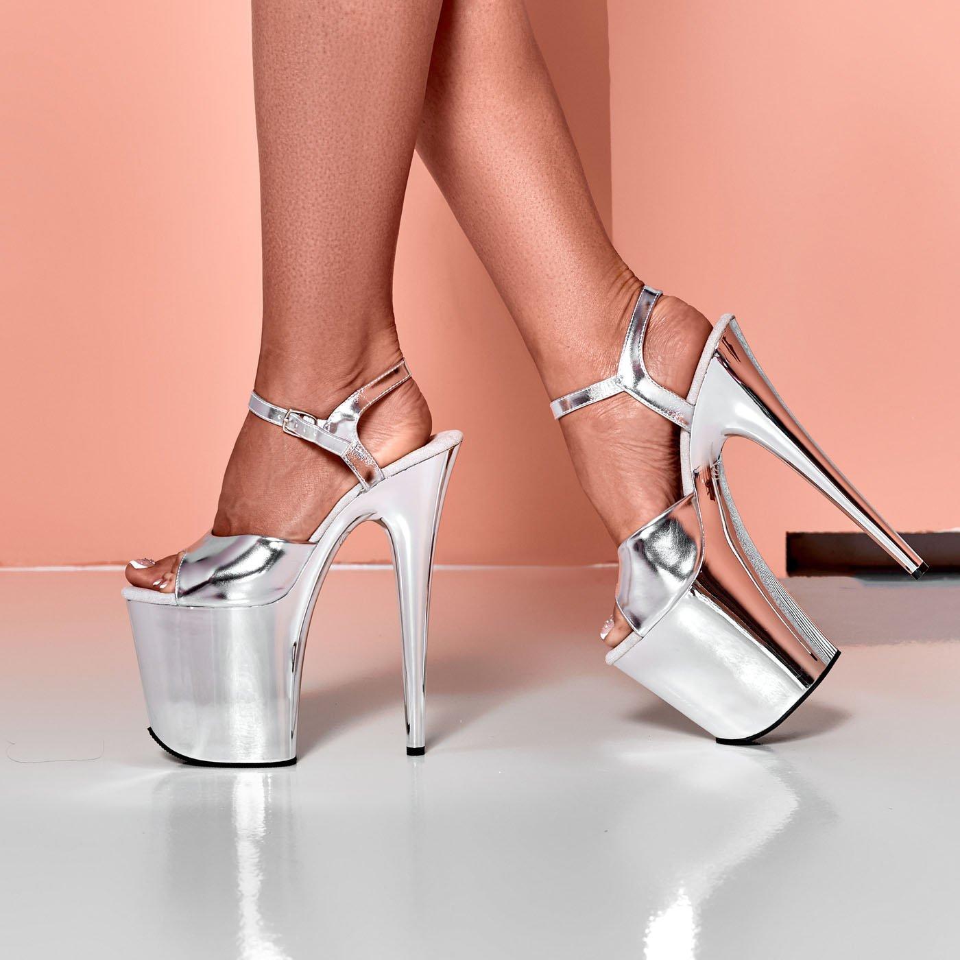 Фото 1 - Ноги девушки в серебристых стрипах
