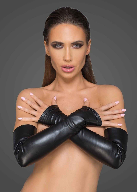 Фото 1 - девушка в сексуальных виниловых перчатках
