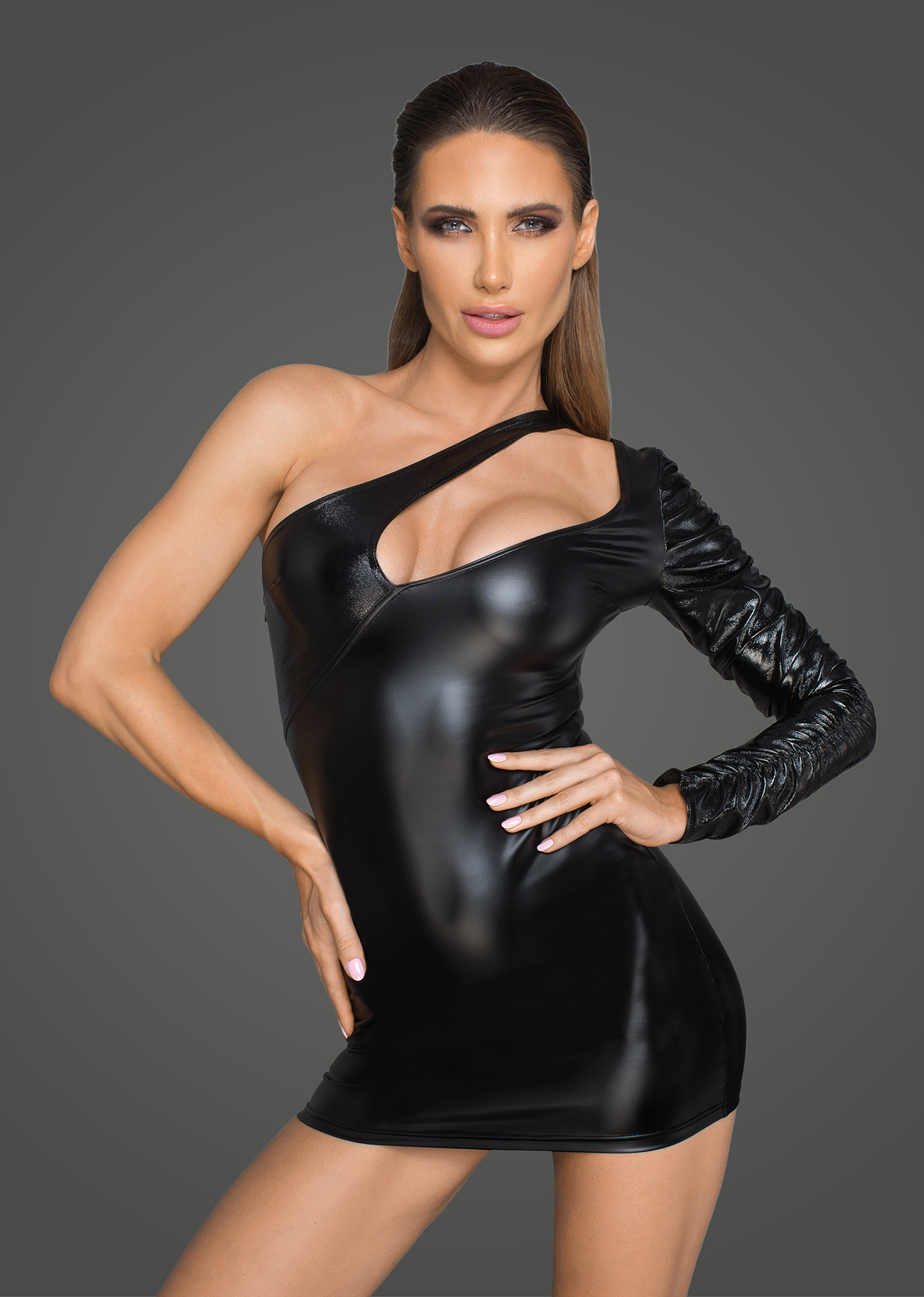 Фото 2 - Девушка в сексуальном виниловом платье
