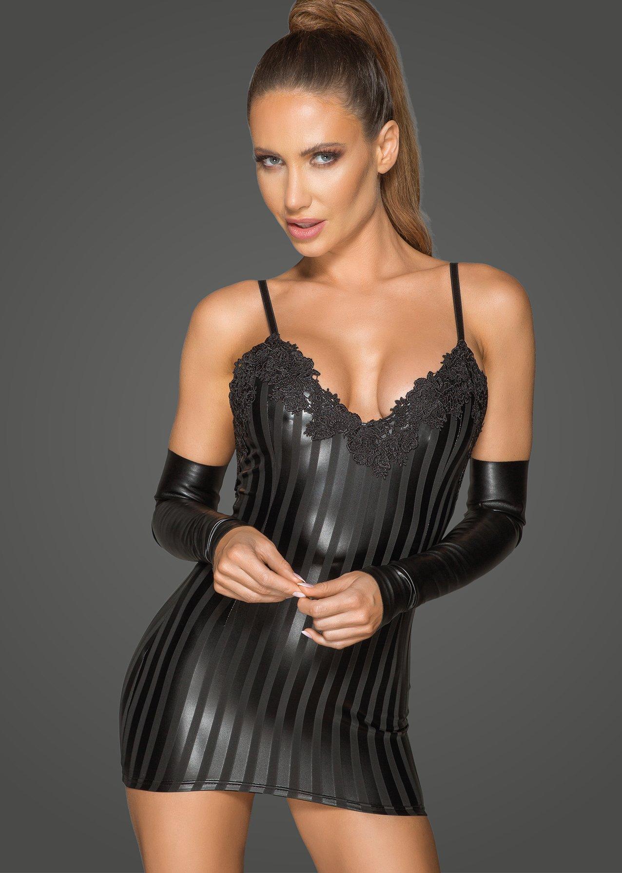 Фото 1 - Девушка в черном виниловом платье