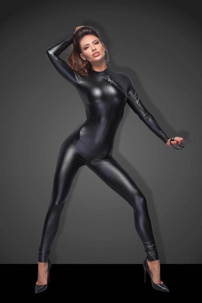 Фото 2 - Девушка в сексуальном комбинезоне из винила