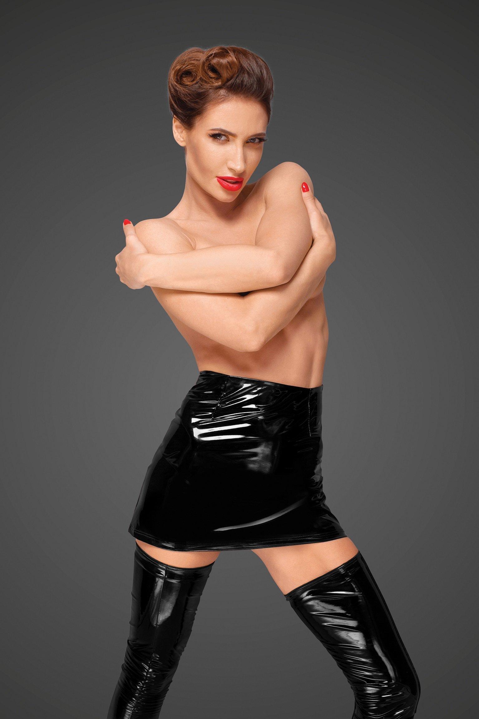 Фото 2 - Девушка в сексуальной виниловой юбке